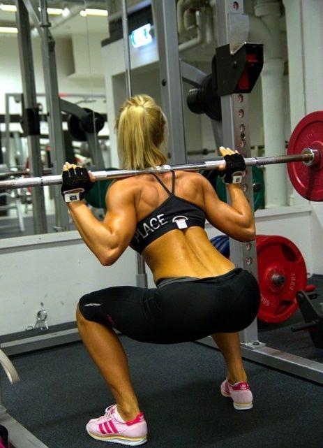 Entraînement féminin – relation étrange entre une femme et la salle de sport